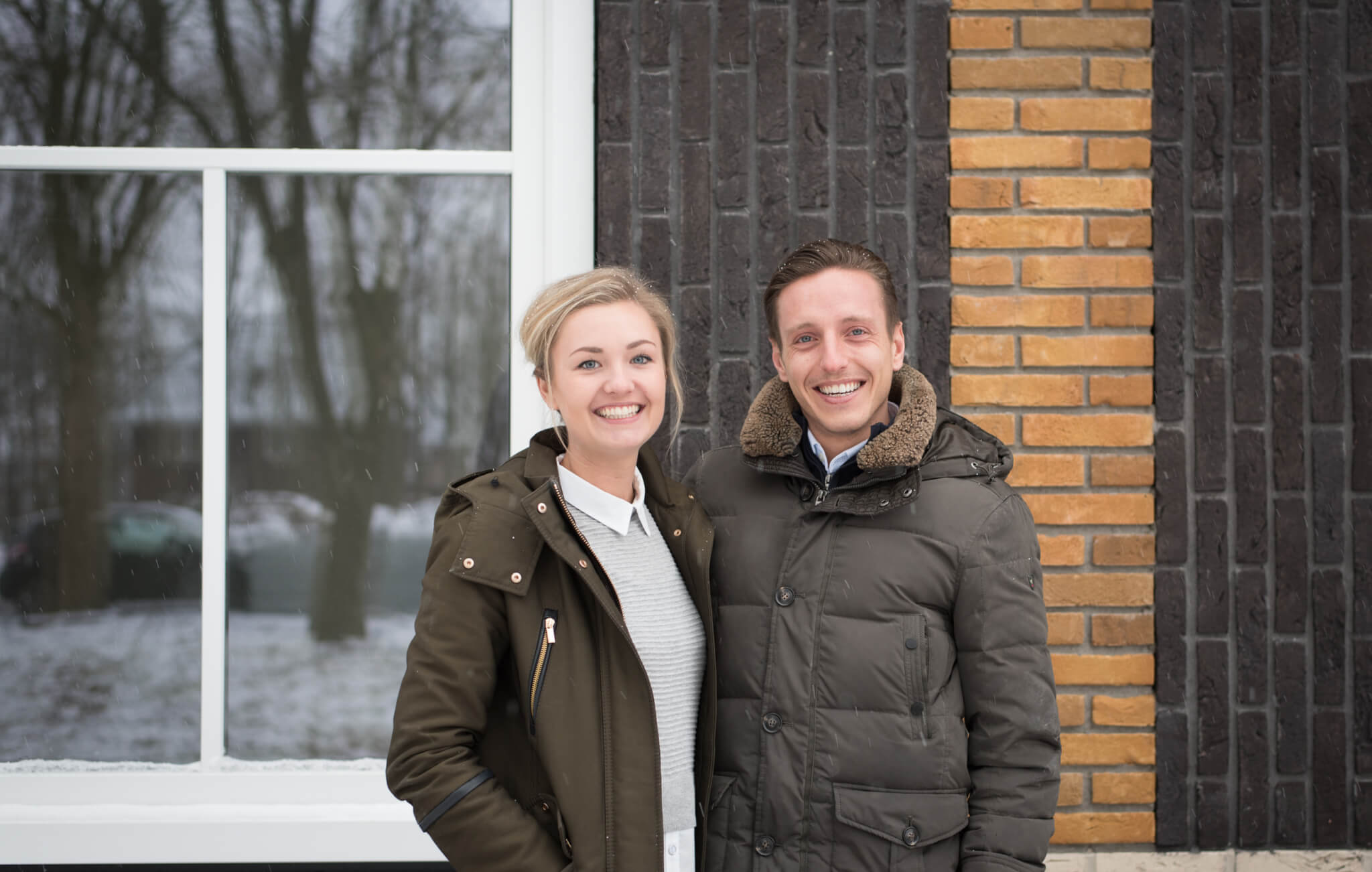 Lily en Morten voor hun in aanbouwzijnde woning