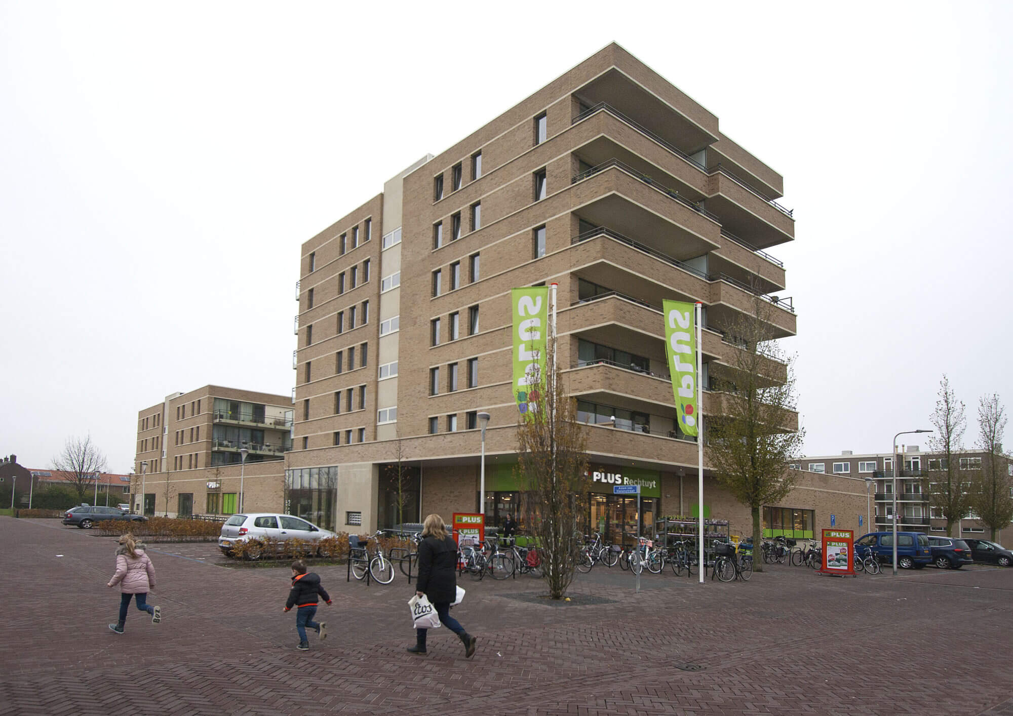 Blok 9: 36 appartementen en Plus supermarkt