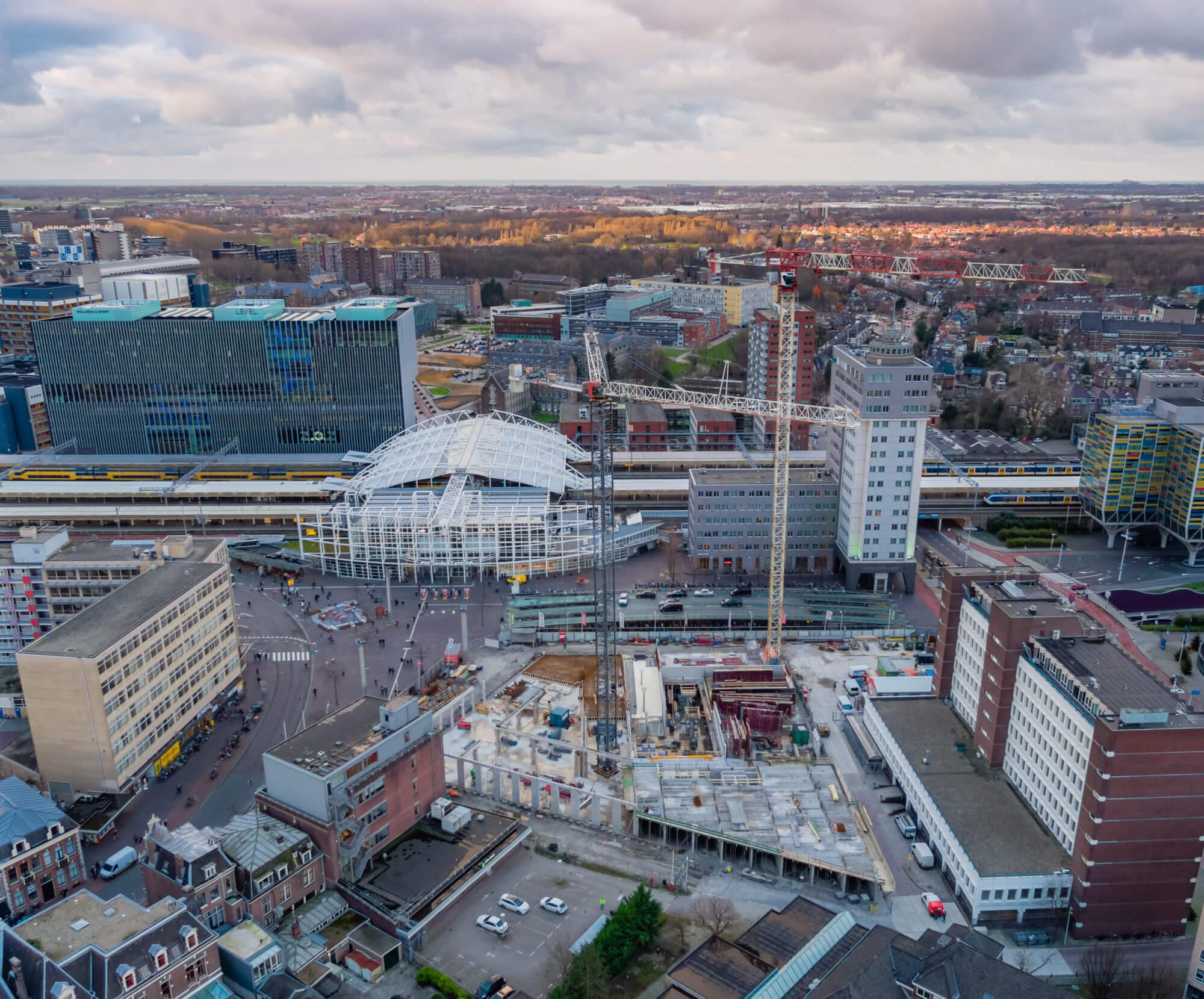 Bouwplaats Lorentz met uitzicht op station Leiden
