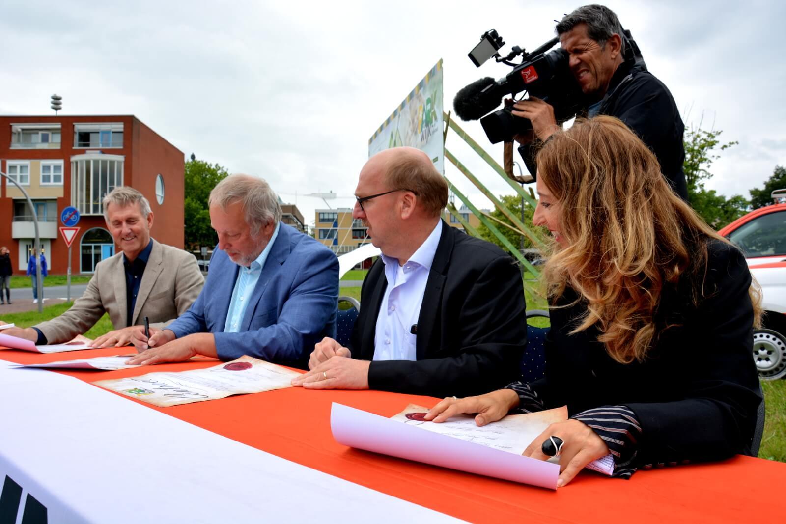Het contract wordt ondertekend
