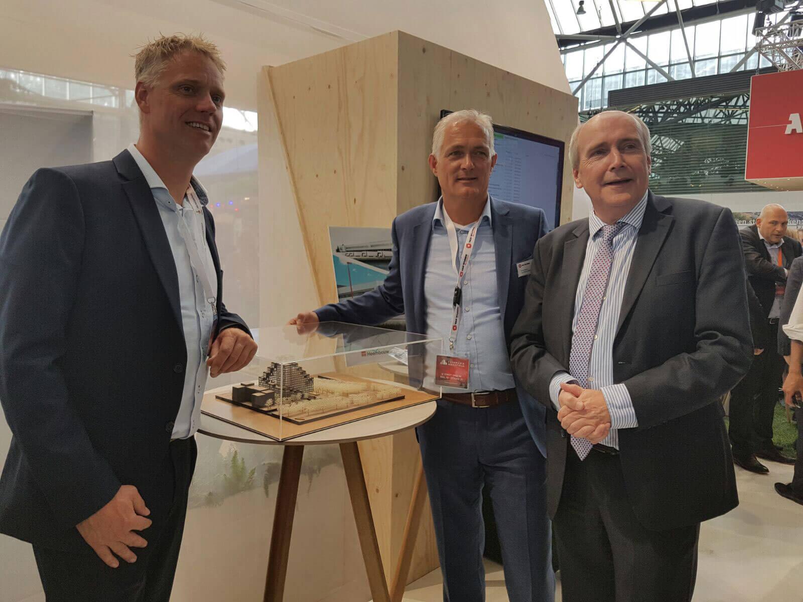 Felicitaties door wethouder Kees Geldof bij de maquette van het winnende plan aan Van Wijnen en IC Netherlands (v.l.n.r. Guido van der Veen/IC Netherlands, Frank Klomp/Van Wijnen en wethouder Kees Geldof/Gemeente Utrecht)