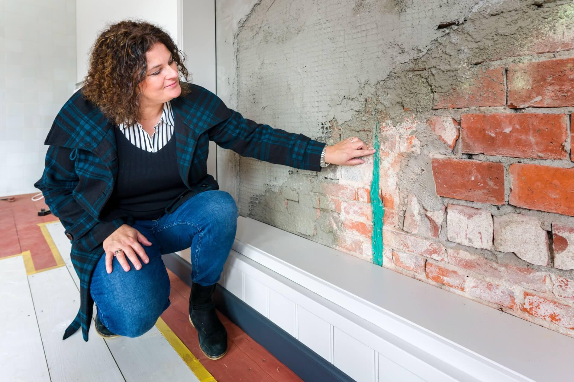 Hanneke bekijkt de QuakeShield toepassing