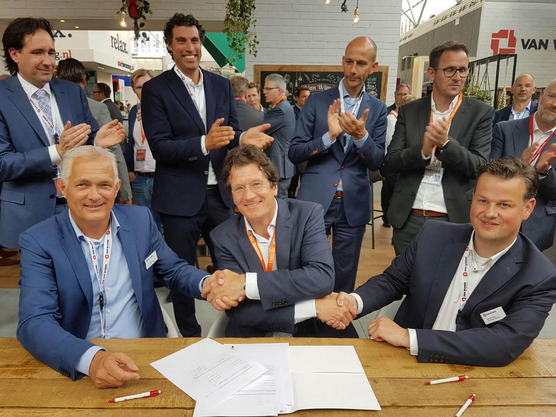 Ondertekening Ontwerp-, Bouw- en Onderhoudsovereenkomst door (v.l.n.r.) Frank Klomp/Van Wijnen, Eelko Korteweg/Greystar en Marcel Mulder/Van Wijnen.