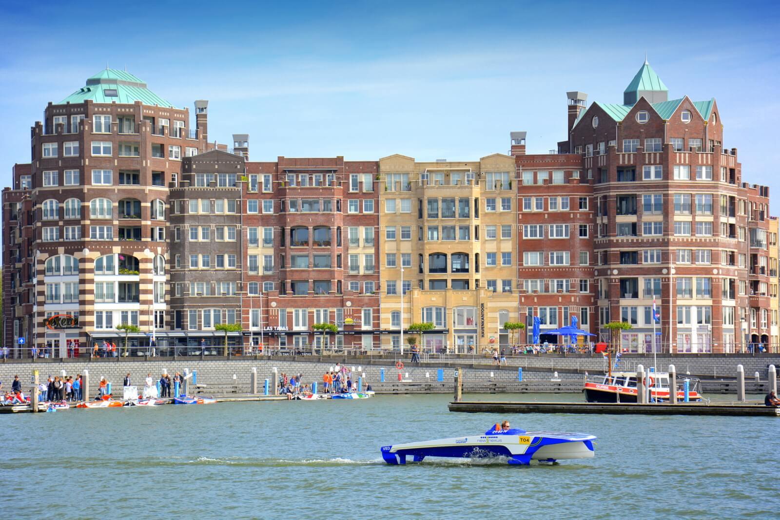 Tegen de achtergrond Batavia Haven