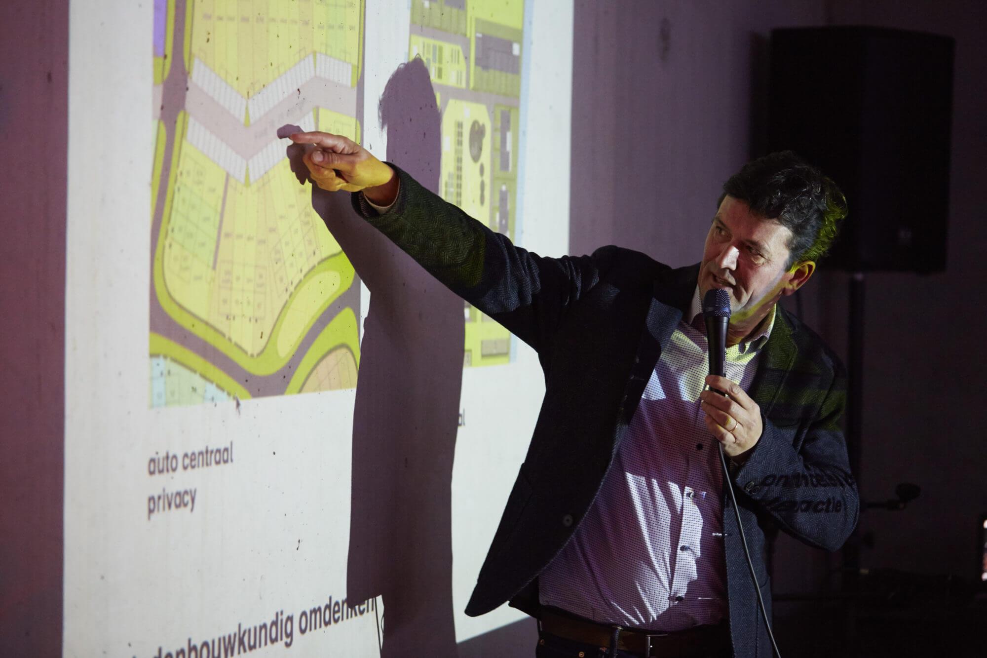 Architect Jeroen Simons van Inbo vertelt over de totstandkoming van Geworteld Wonen - foto door Christiaan Krouwels