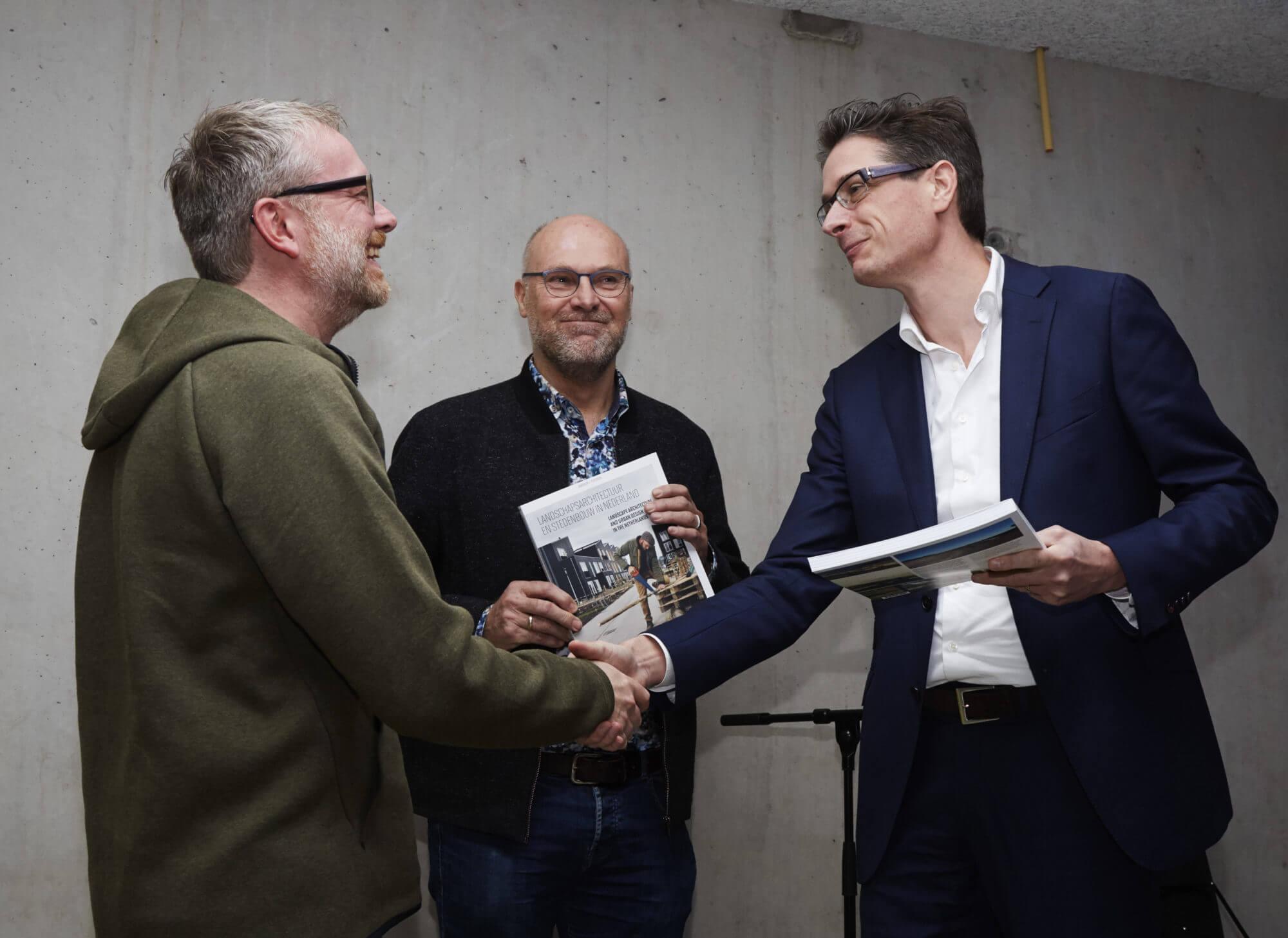 Eerste exemplaren jaarboek Blauwe Kamer 2017 worden overhandigd - foto door Christiaan Krouwels