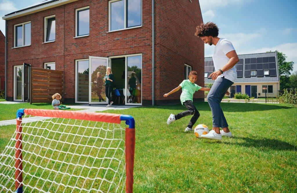 Fijn Wonen modellen voetballend in tuin